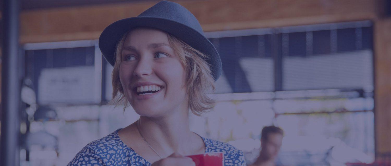 Žena drží šálek